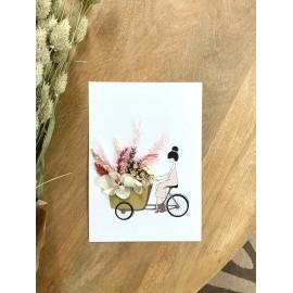 Affichettes illustrées à bicyclette et bouquet de fleurs séchées